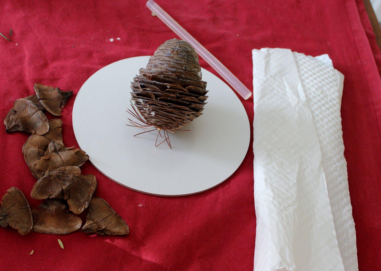 """Albero di Natale ecologico. Con """"petali"""" di pigna e cartoncino - Cose di Casa"""