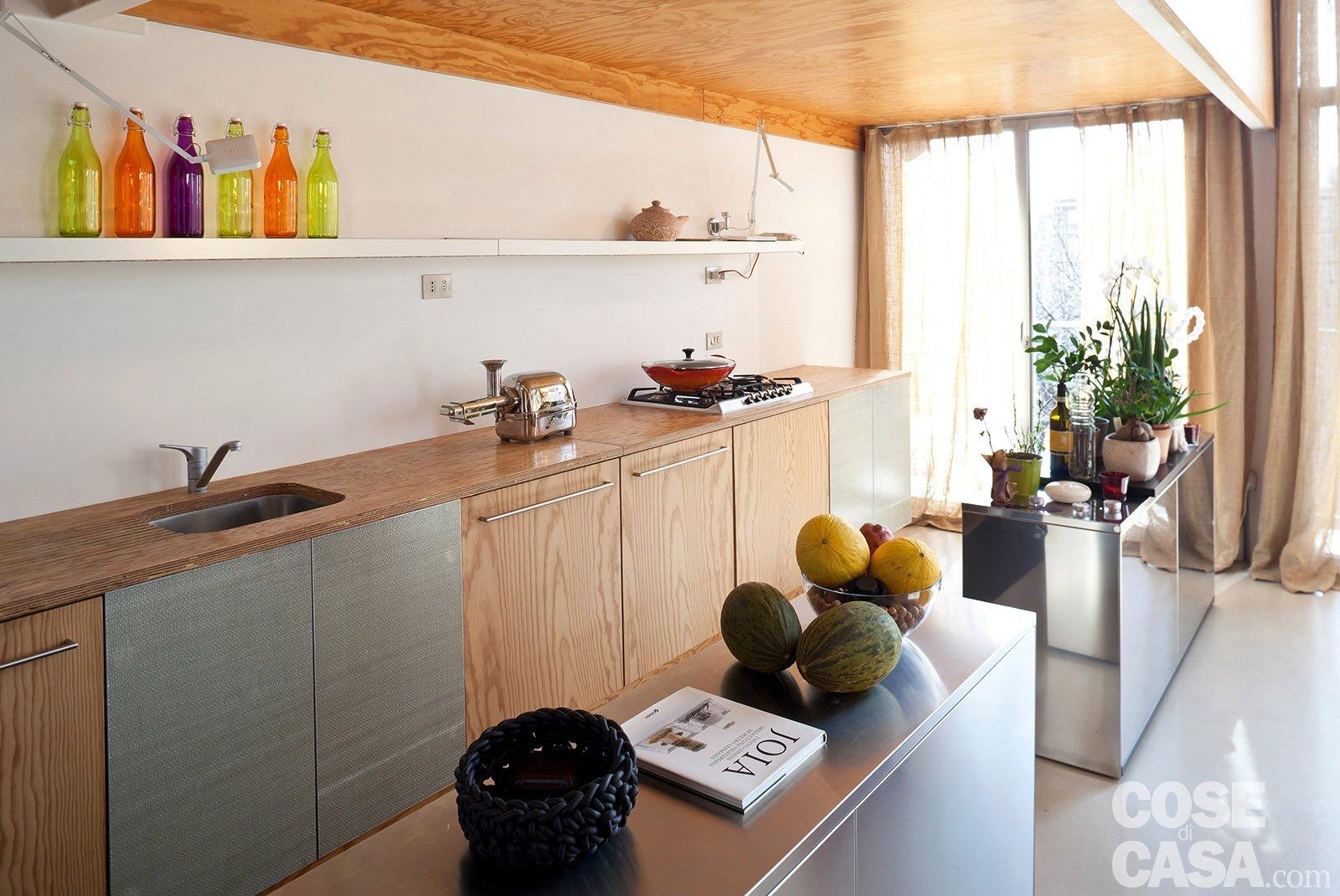 Loft una casa con materiali protagonisti e soppalco per - Cucina con soppalco ...