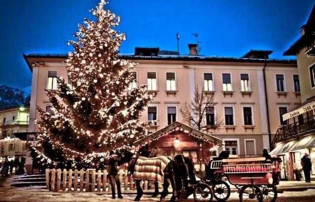 Shopping ad alta quota tra gli stand del mercatino Magnifico di Fiemme, in provincia di Trento, aperto fino al 6 gennaio.