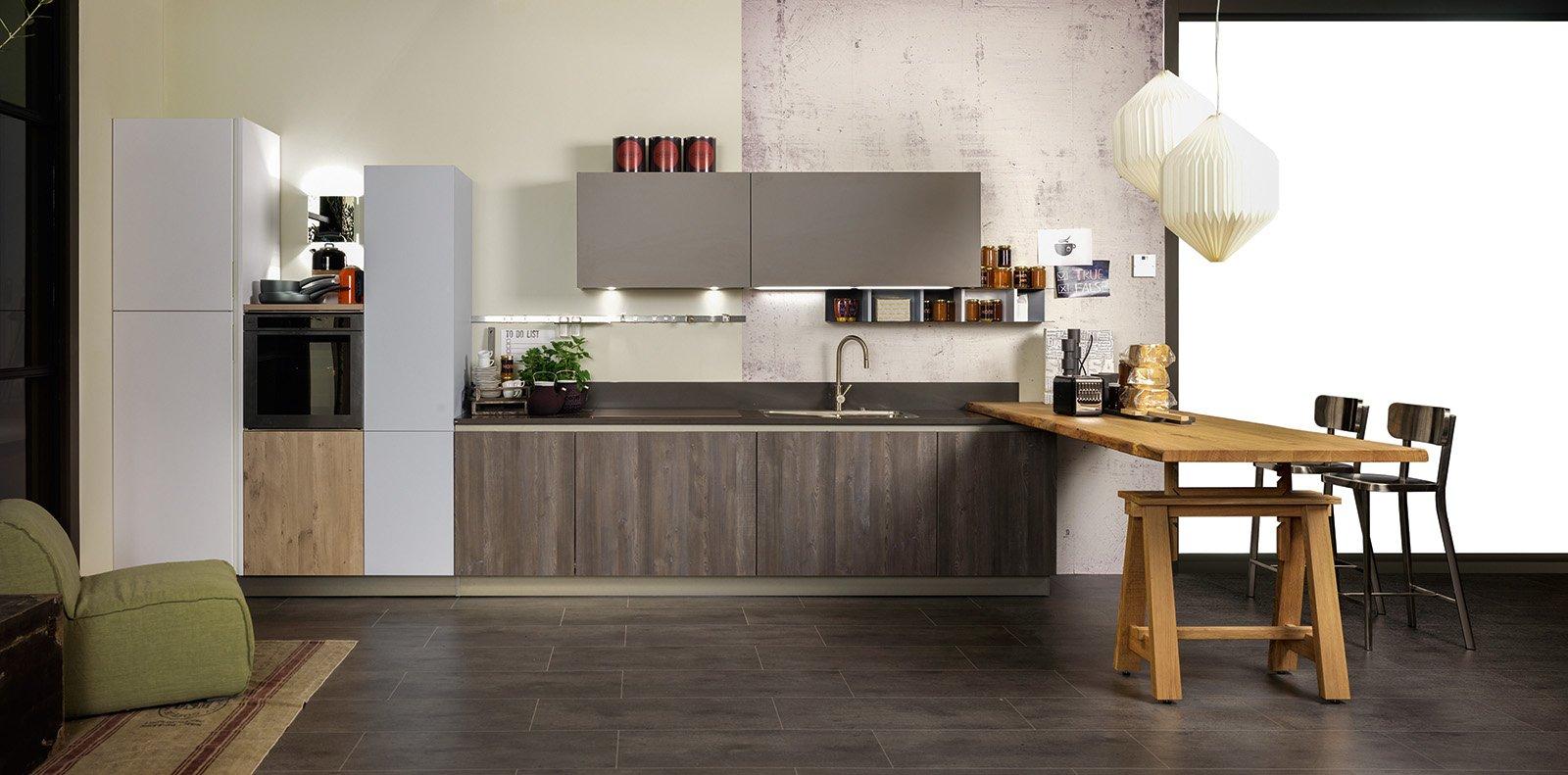 la cucina con il tavolo da architetto