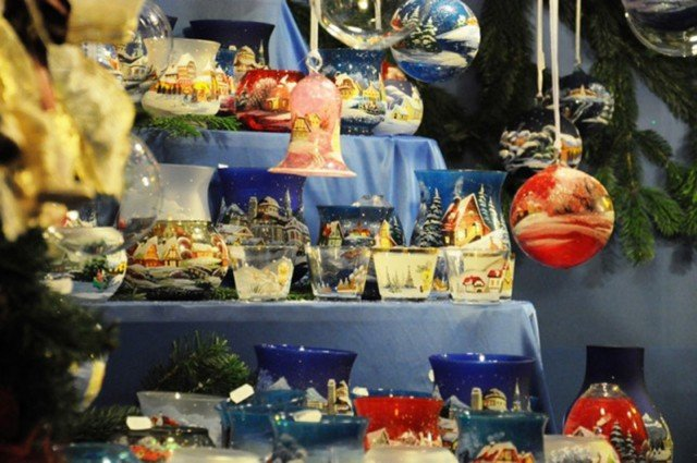 Decori, giochi per bambini, artigianato e prelibatezze locali: questo e tanto altro nei mercatini a tema natalizio allestiti in varie parti d'Italia