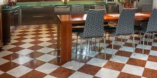 Pavimenti in marmo, travertino, alla veneziana. All'insegna della tradizione