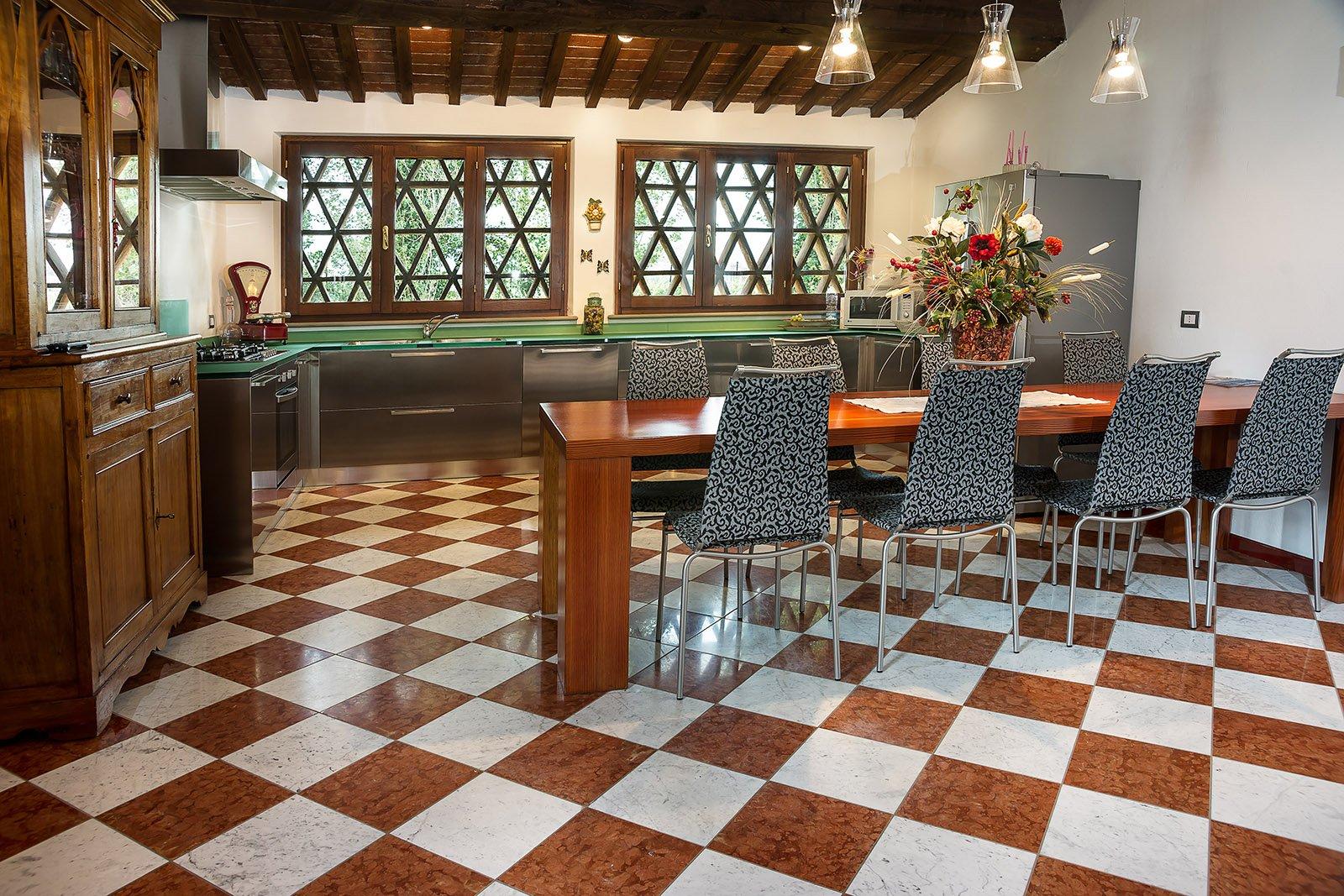 Pavimenti in marmo travertino alla veneziana all - Pavimenti camere da letto ...
