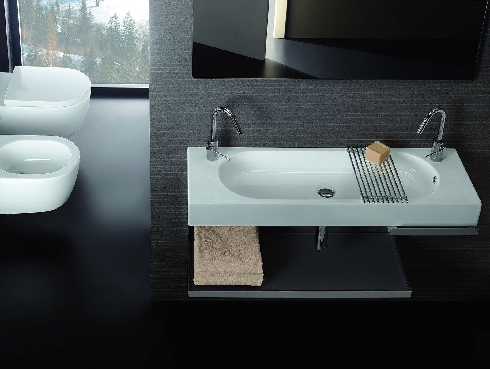 Ha bacino ovale il lavabo sospeso a muro di forma rettangolare della ...