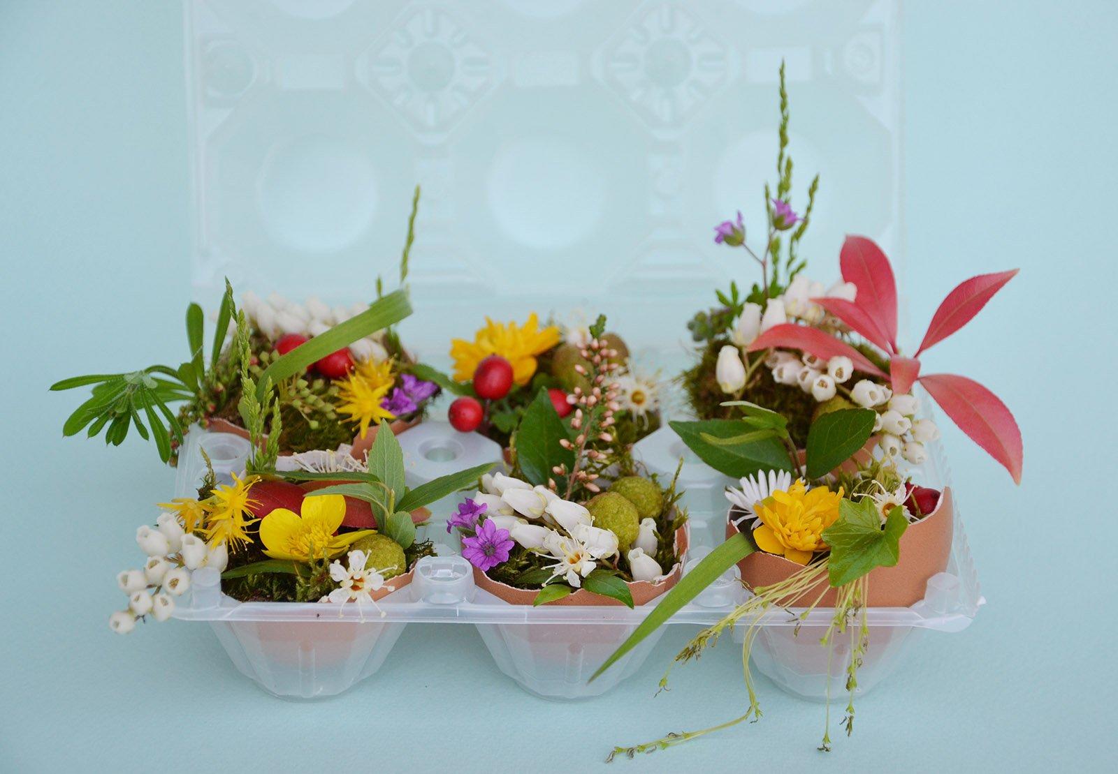Centrotavola di pasqua mini vasi fioriti con gusci di - Uova di pasqua in casa ...