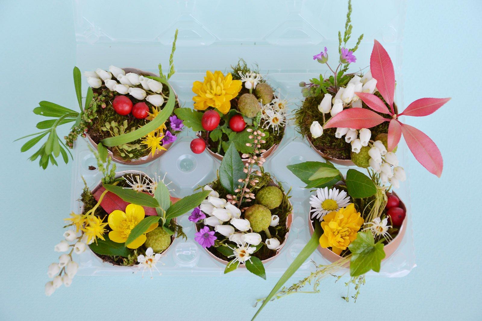 Centrotavola di pasqua mini vasi fioriti con gusci di for Centrotavola pasquali fai da te