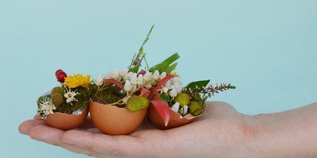 Centrotavola di Pasqua: mini vasi fioriti con gusci di uova