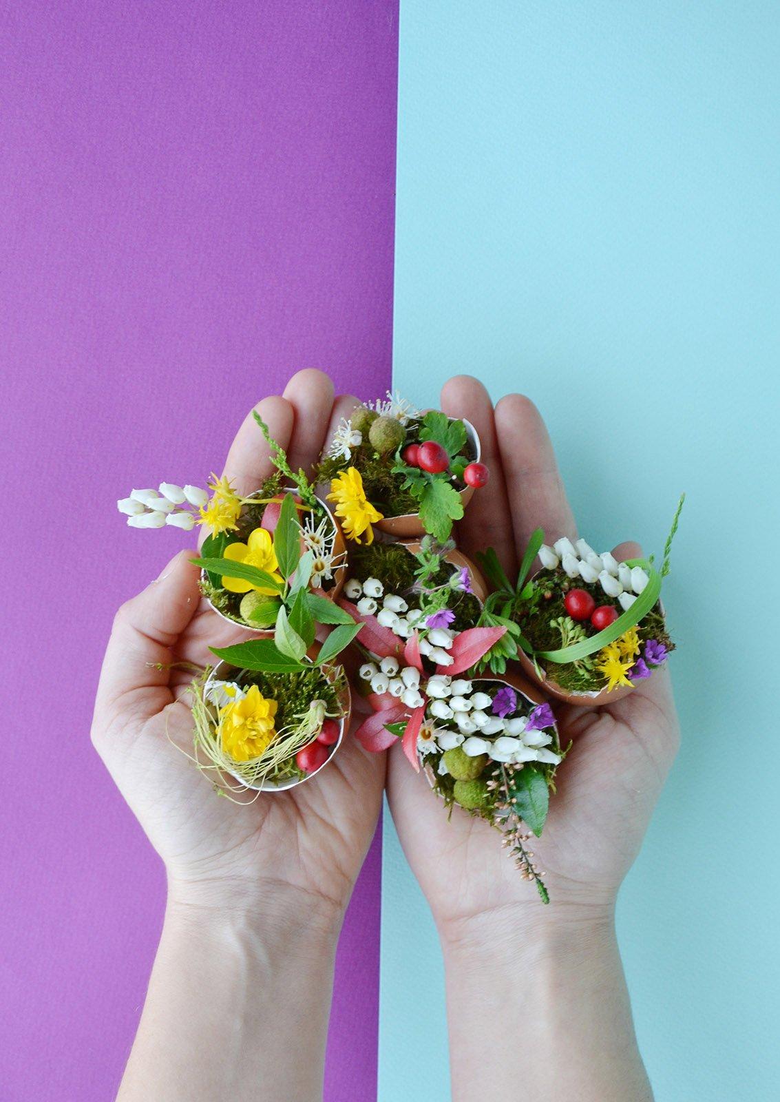 Centrotavola di pasqua mini vasi fioriti con gusci di uova cose di casa - Vasi decorati fai da te ...