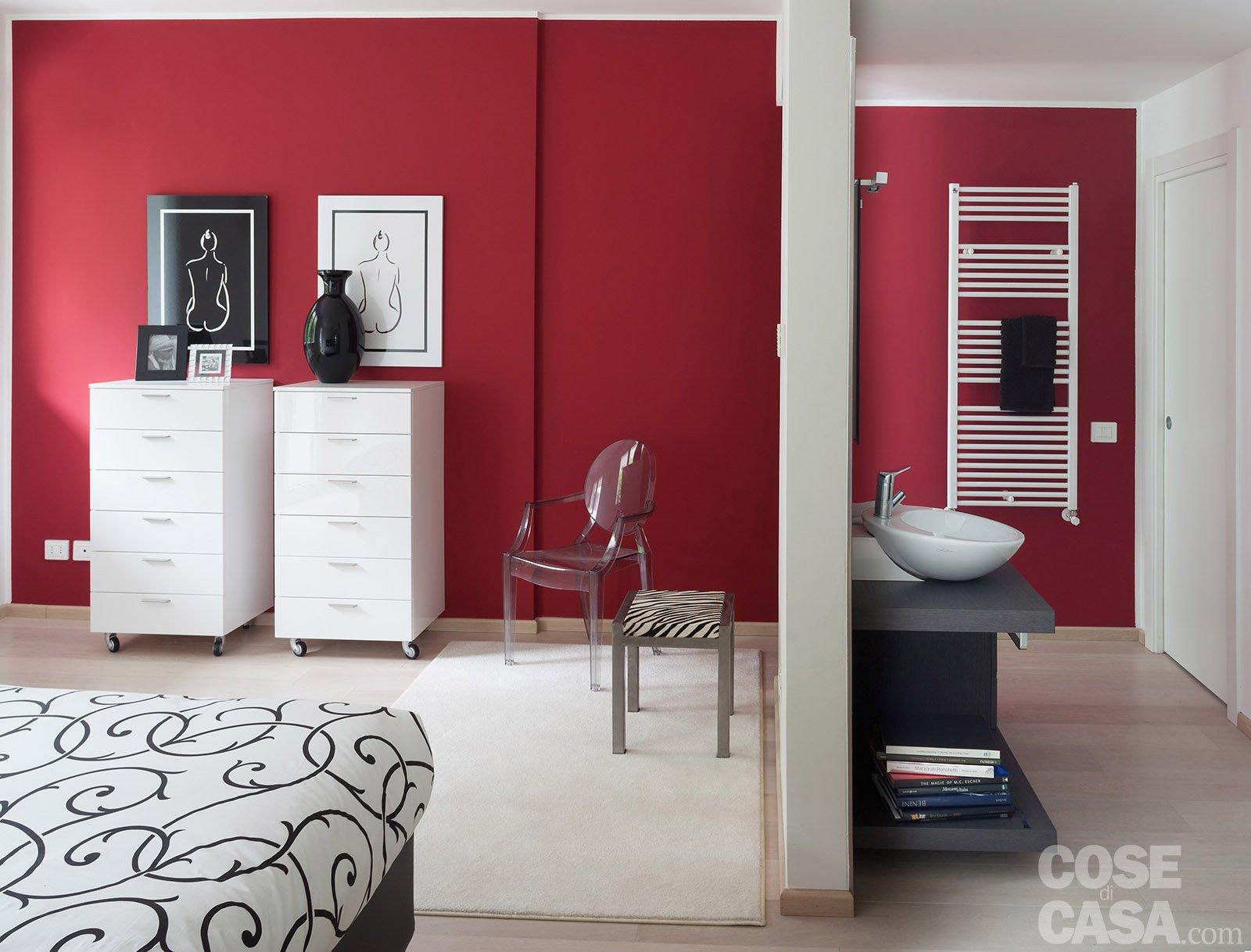 In meno di 100 mq una casa moderna con geometrie a 3 for Parete rossa soggiorno