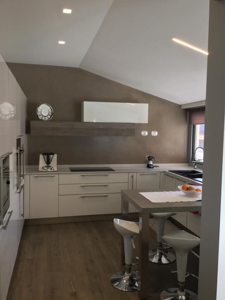 Una mansarda con dislivello progetto in 3d e foto della - Cucina bianca e marrone ...