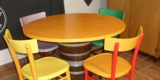 Riciclo creativo: un tavolo con due mezze botti assemblate