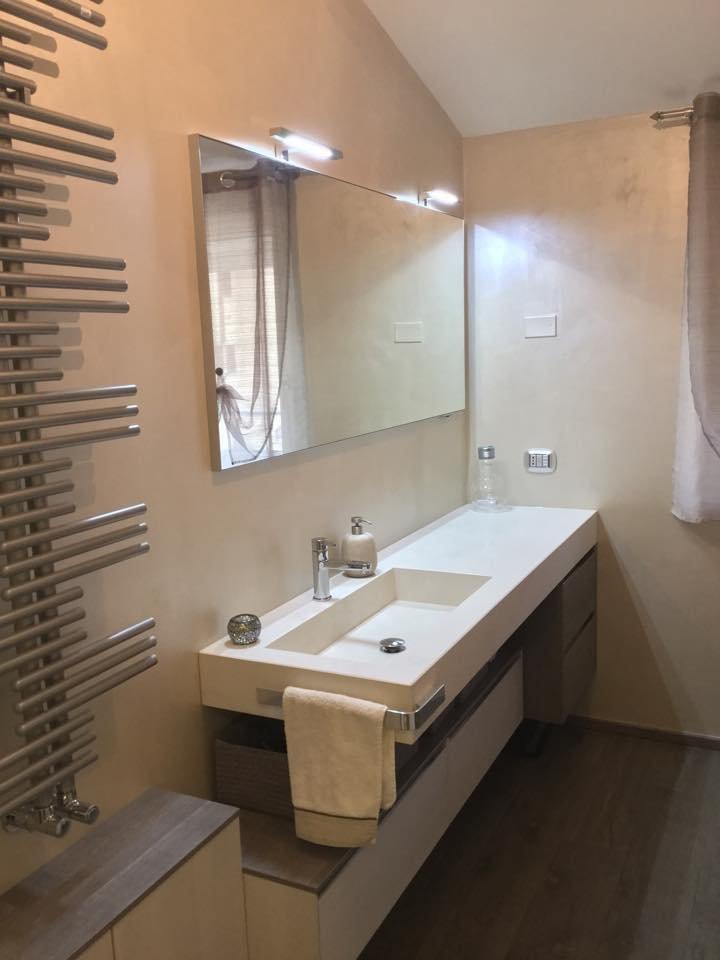 Una mansarda con dislivello progetto in 3d e foto della - Mensole per bagno ...