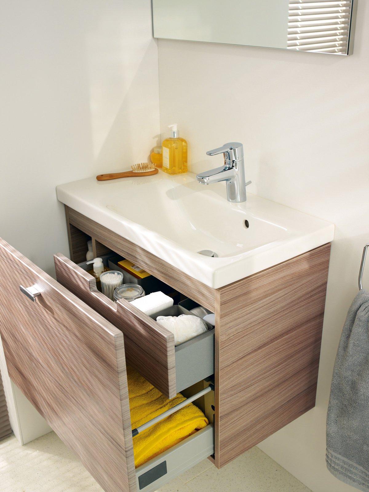 mobili bagno con cassetti tutto in ordine sotto il lavabo