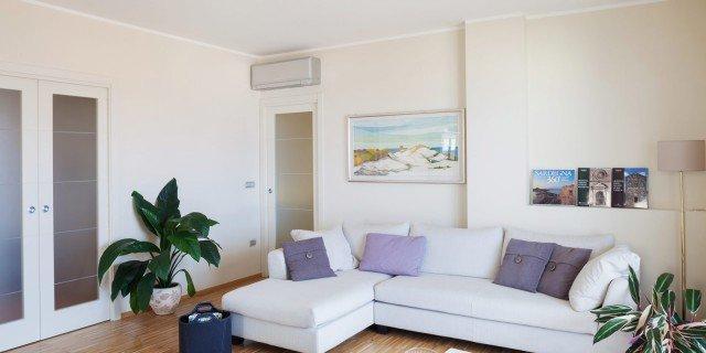 Impianto moderno e mobili d 39 epoca per la casa cittadina al - Cucine per case al mare ...