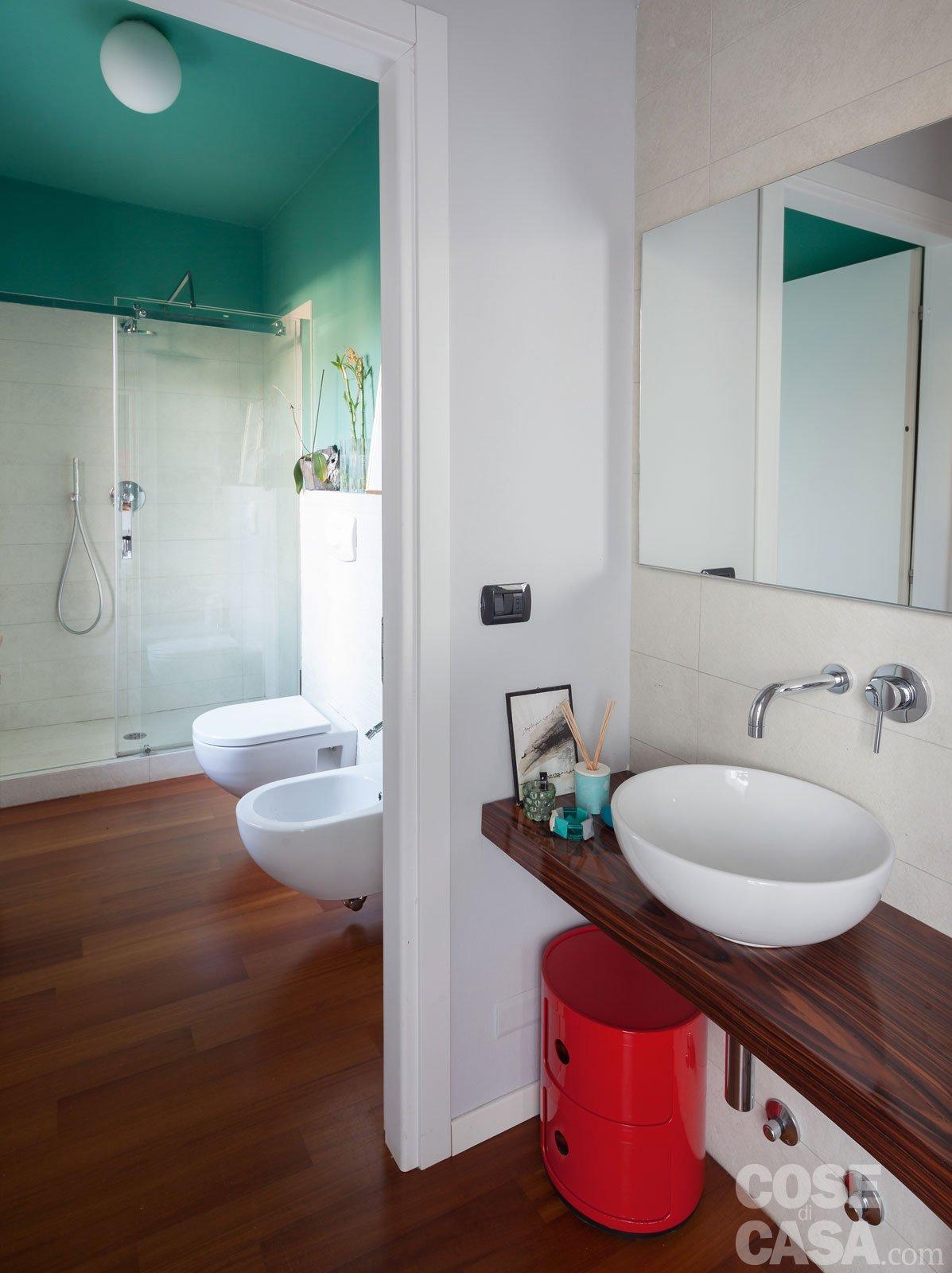 Una casa che punta sui contrasti e sul design cose di casa - Bagno e antibagno ...