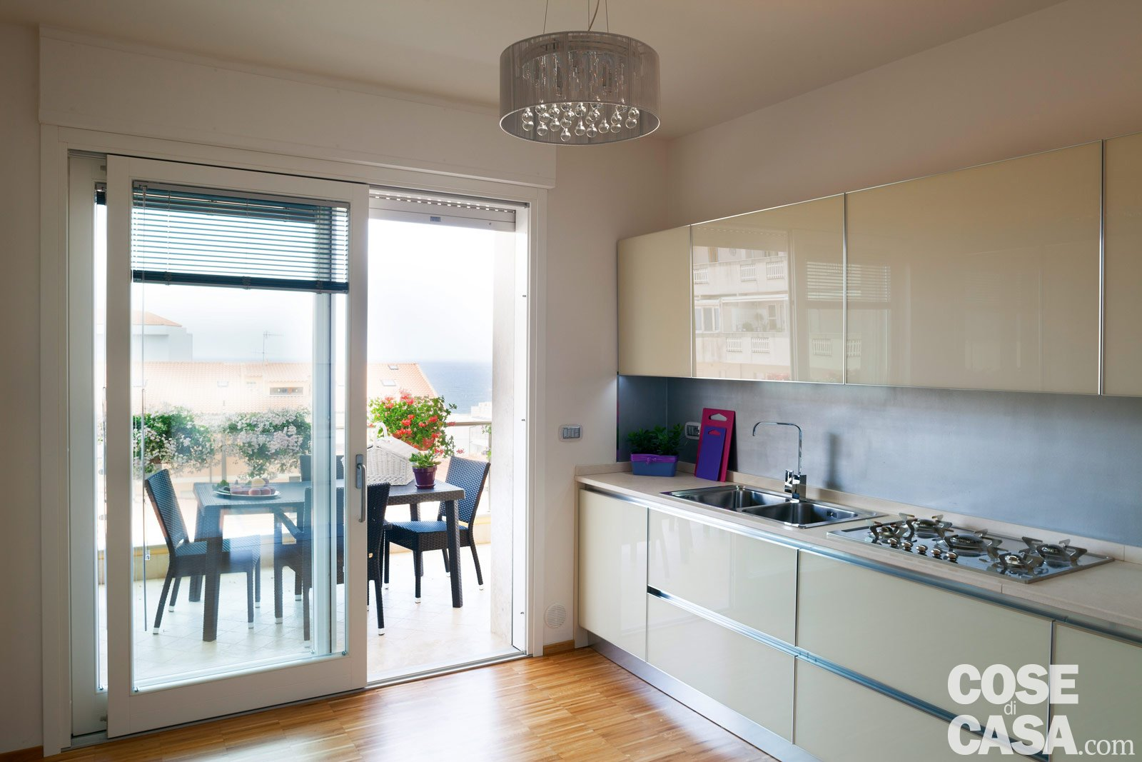 Una casa da due appartamenti con vista mare cose di casa for Foto case arredate moderne