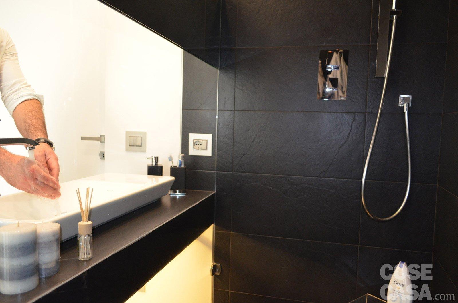 Contemporanea su 3 livelli una casa che sfrutta al meglio la pendenza del terreno cose di casa - Bagno in ardesia ...