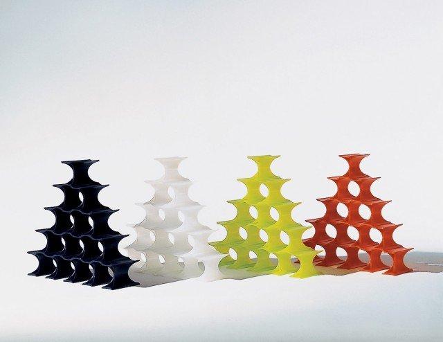 Infinity di Kartell è colorato ed è formato da elementi che si possono agganciare tra loro per formare un numero infinito di cerchi in cui inserire le bottiglie. È interamente realizzato in polipropilene colorato in massa. Un elemento misura L 5,7 x P 14,5 x H 9,5 cm. Prezzo 53 euro (una confezione da 16 elementi). www.kartell.com