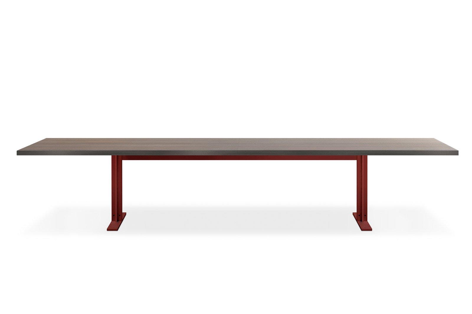 Memo di Lema è un tavolo di grandi dimensioni dal design minimalista; la struttura portante è in metallo laccato rosso, il piano è realizzato in pregiato legno di rovere termotrattato. Misura L 400 x P 110 x H 72 cm. www.lemamobili.it