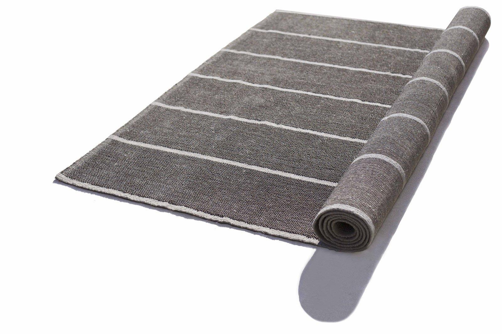 Paglietta di G.T. Design è un tappeto in filato tecnico ad alta prestazione in una piacevole tonalità grigio ferro e righe bianche che creano un piacevole effetto gessato; può essere usato sia in interno sia all'esterno. Misura L 200 x P 300 cm. www.gtdesign.it