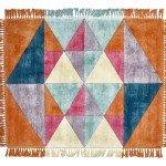 Triangles di Sitap è un tappeto in pura seta vegetale prodotto artigianalmente con la tecnica del Hand tufting; la superficie è decorata da triangoli in tonalità accese e il bordo è dotato di frange sui quattro lati. Misura L 190 x P 240 cm. www.sitap.it