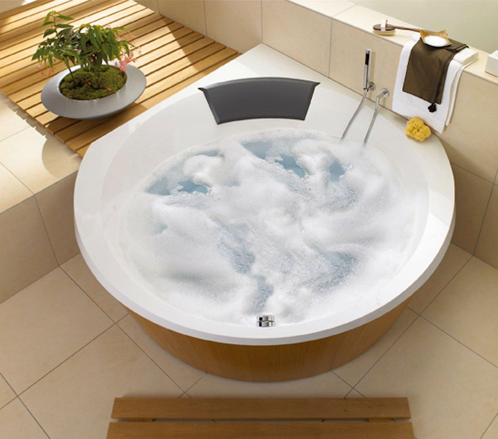 la vasca angolare luxxus di villeroy boch realizzata in quaryl un materiale