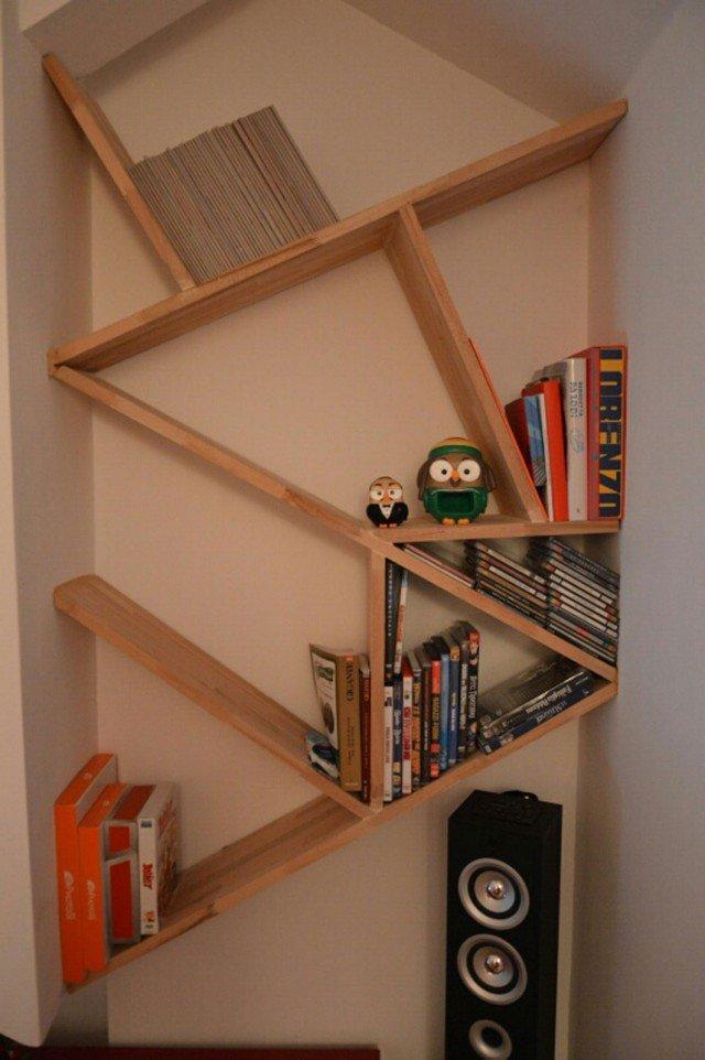 Mini libreria per la mansarda mensole in composizione - Parete in legno fai da te ...