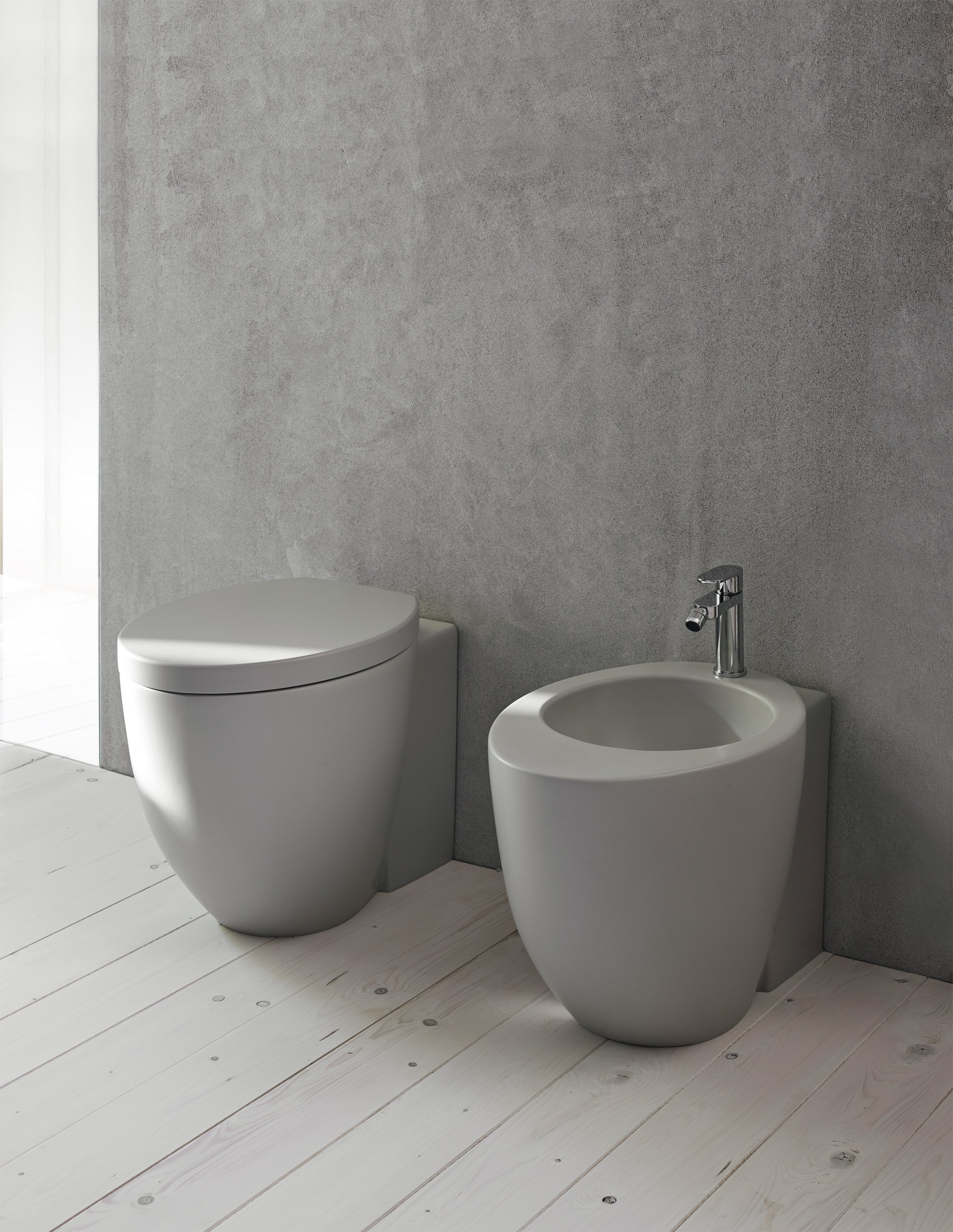 dotato di sistema soft close plus il vaso sospeso nero zero 55 di ceramica catalano con bidet coordinato vaso e bidet misurano ciascuno l 35 x p 55 cm
