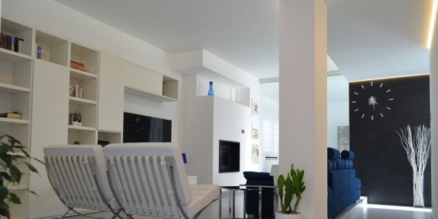 Contemporanea su 3 livelli: una casa che sfrutta al meglio la pendenza del terreno