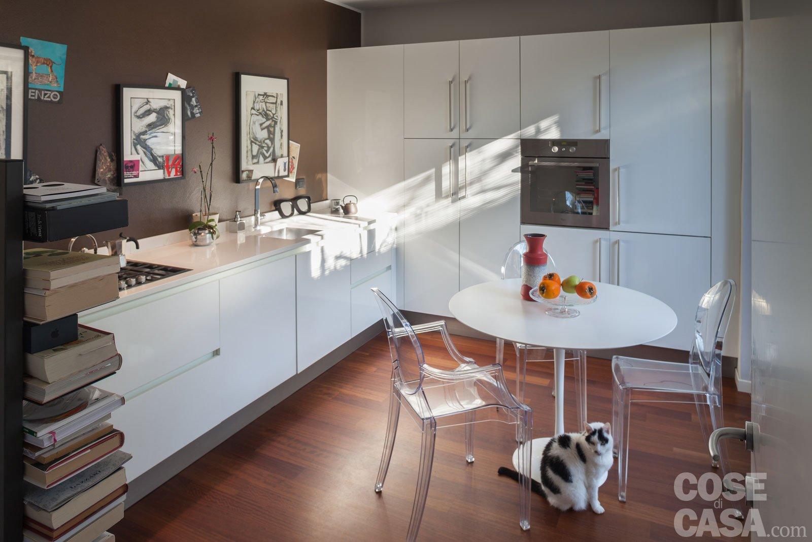 Una casa che punta sui contrasti e sul design cose di casa for Sedie piccole