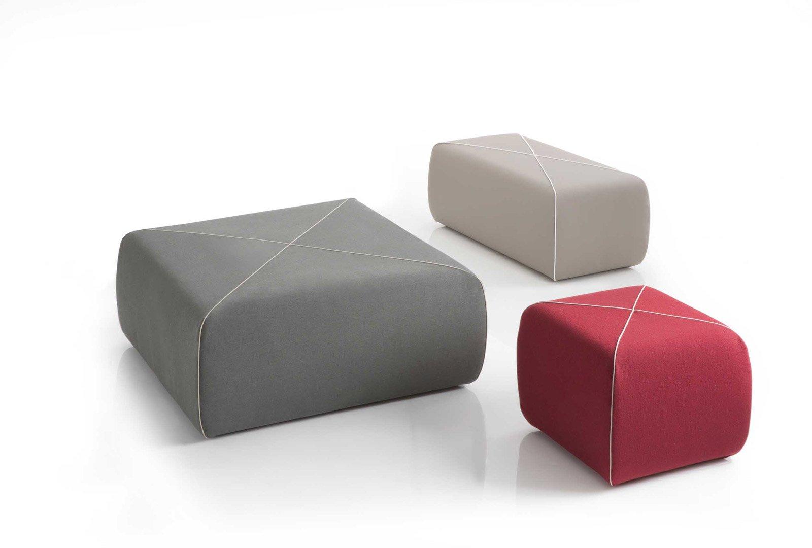 Crossed di B-Line è un pouff squadrato proposto nella nuova versione extra large: quasi un metro quadrato di comfort! É rivestito in tessuto grigio perla con una cucitura a X in contrasto, ma è disponibile in altri formati e colori.  www.b-line.it