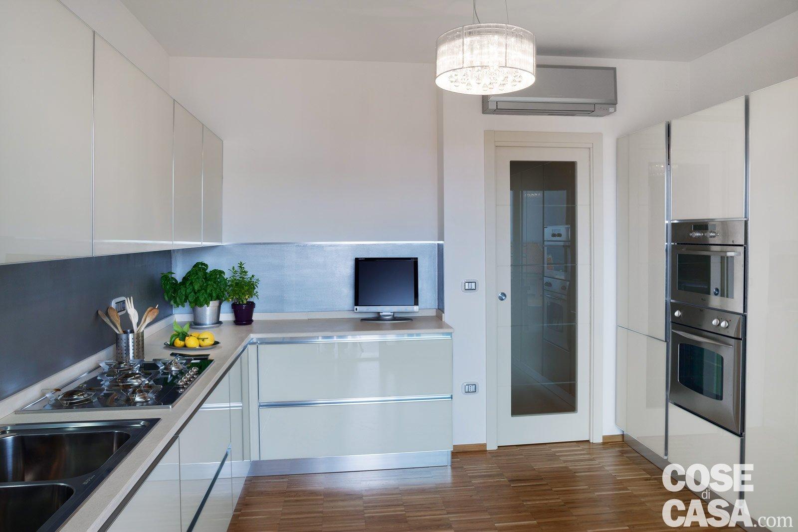 Cucina a vista con porta scorrevole una casa con giochi for Case con alloggi separati