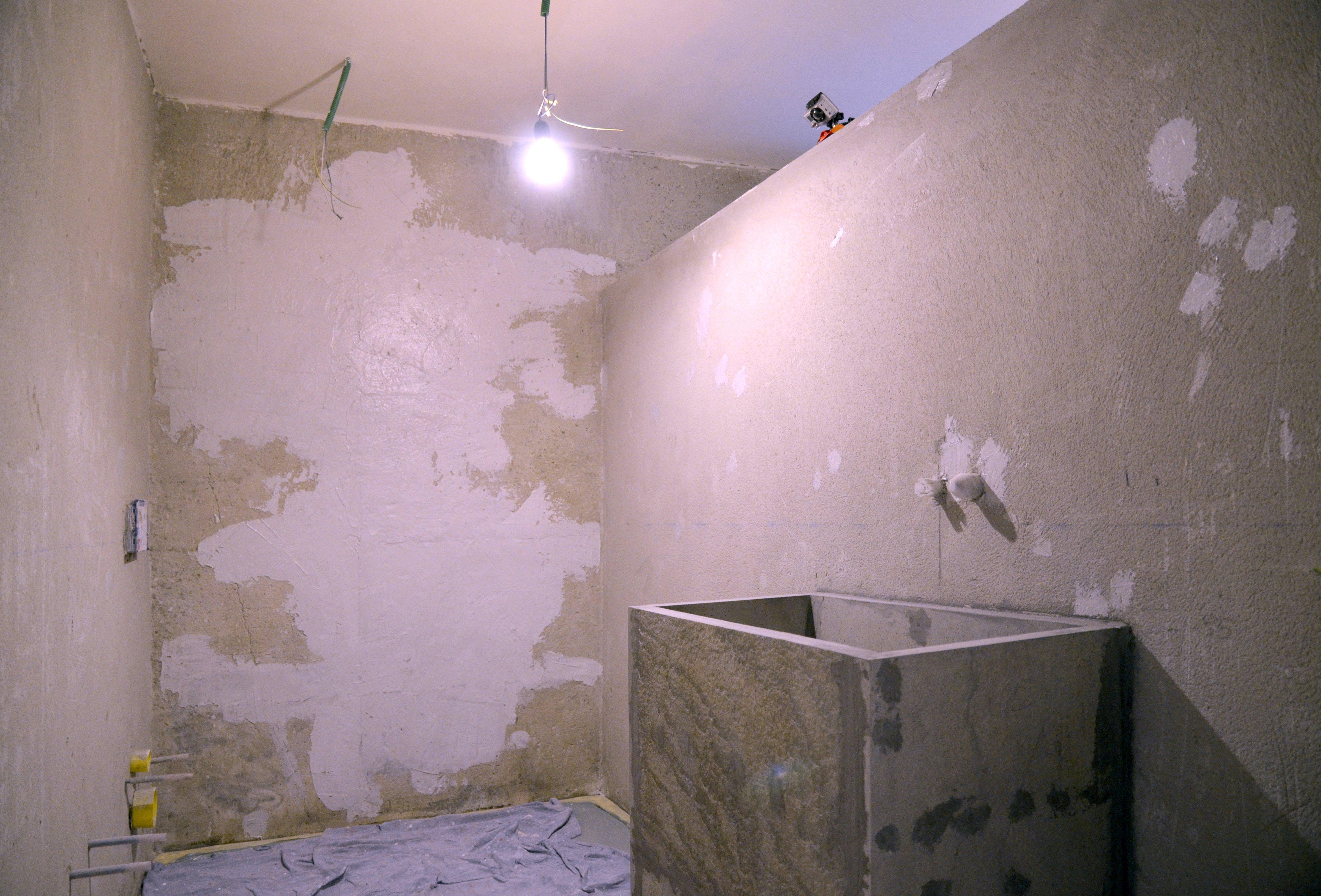 In bagno décor a parete senza le piastrelle e contenendo i costi
