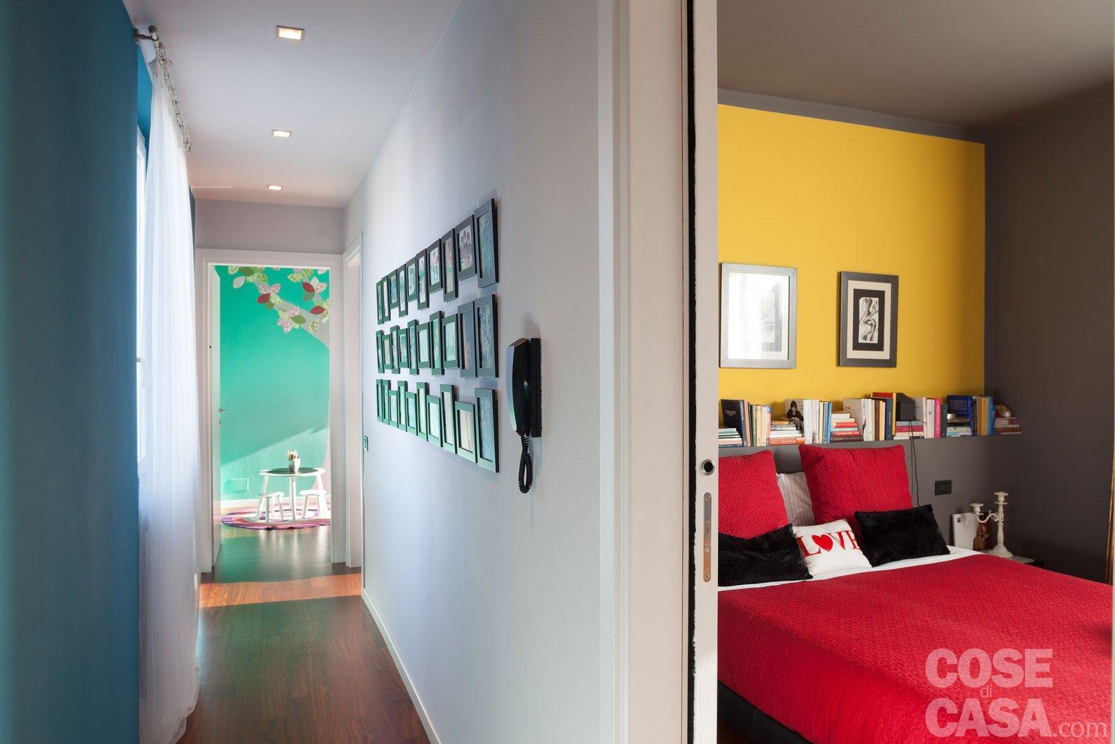 Una casa che punta sui contrasti e sul design cose di casa for Arredare corridoio stretto e corto