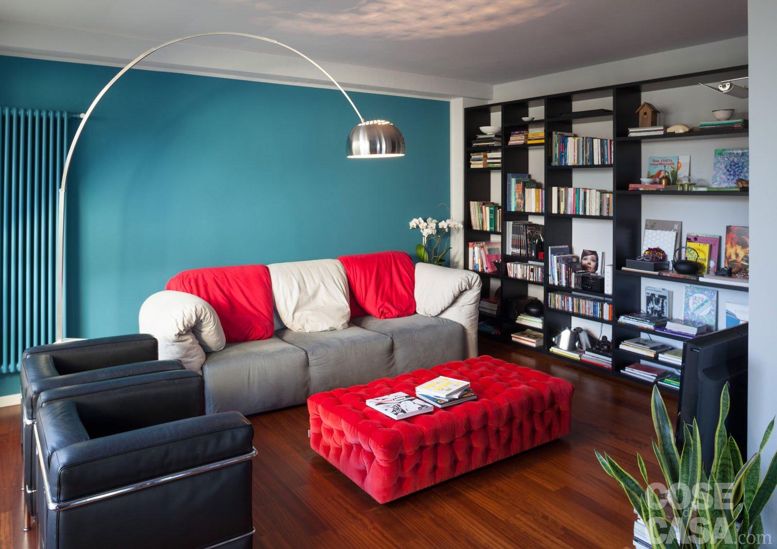 Una casa che punta sui contrasti e sul design cose di casa for Divano blu colore pareti