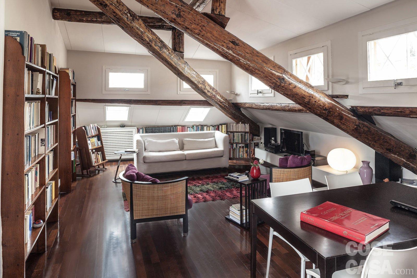 67 mq la mansarda con travi in legno cose di casa for Casa moderna con tetto in legno