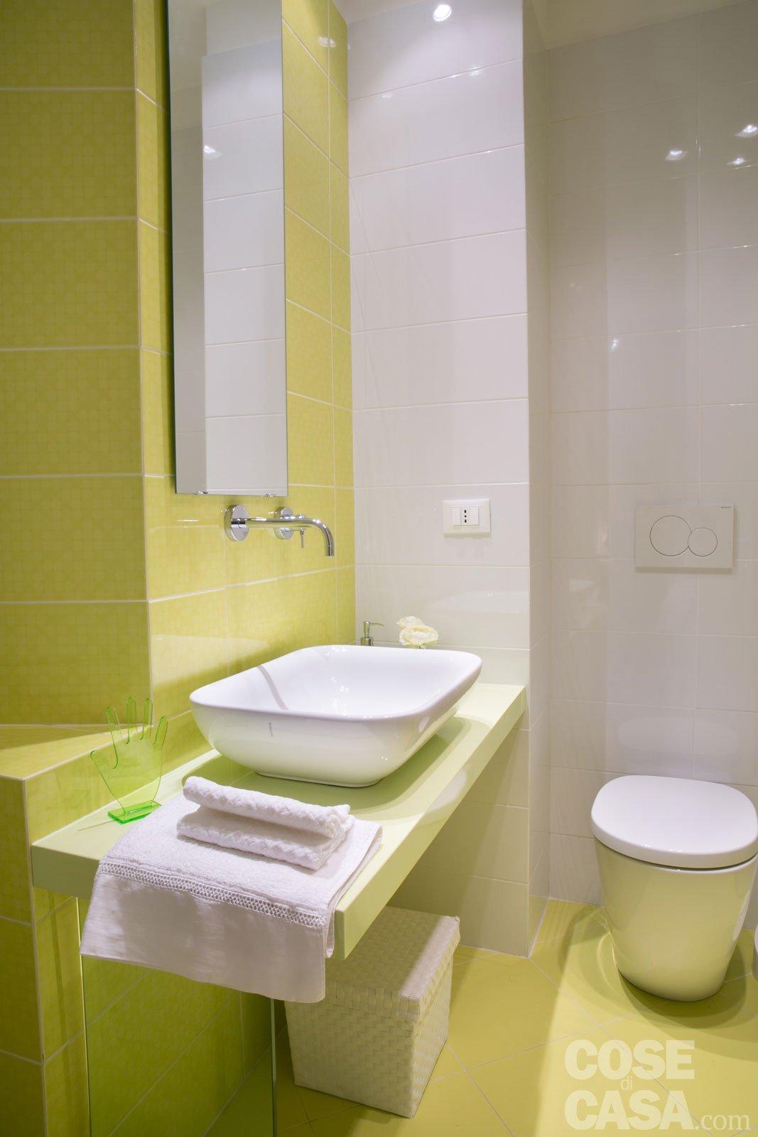 Una casa new classic a tinte vivaci cose di casa - Smalto piastrelle bagno ...
