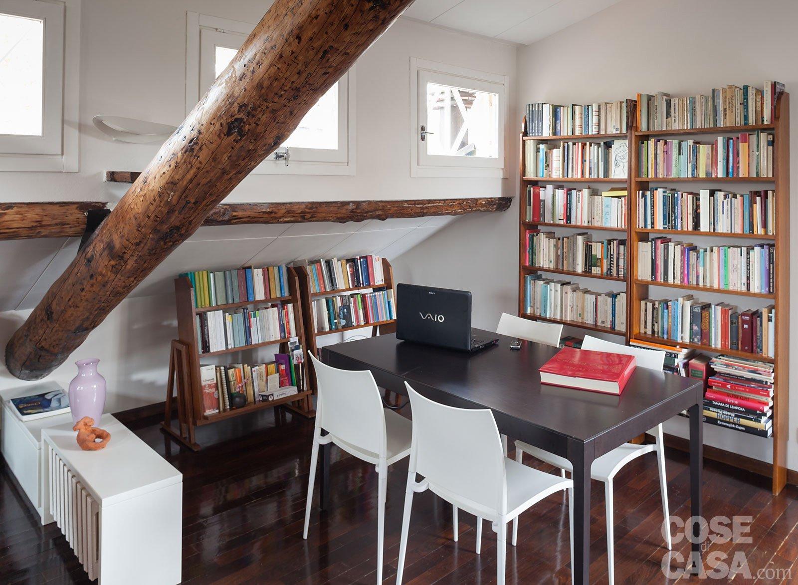 67 mq la mansarda con travi in legno cose di casa for Foto di case