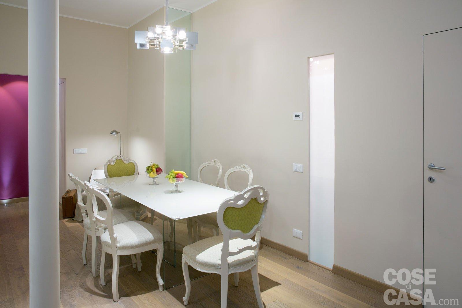Una casa new classic a tinte vivaci cose di casa for Faretti casa classica