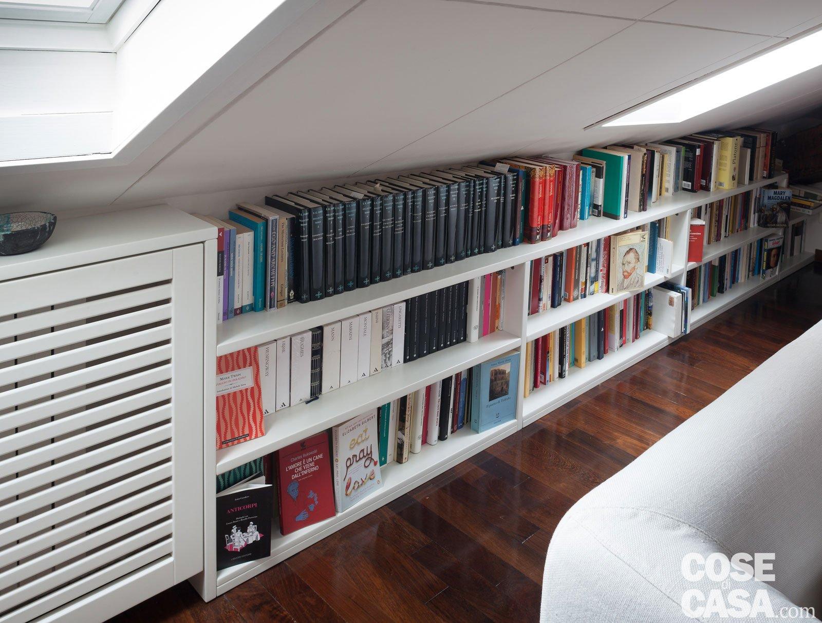 67 mq la mansarda con travi in legno cose di casa for Arredare una libreria