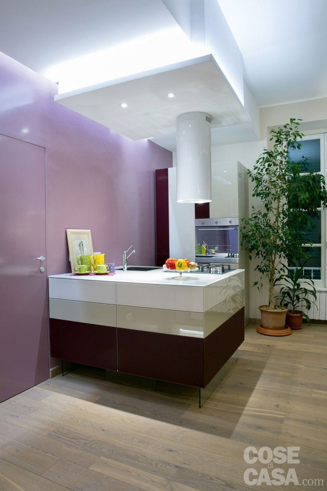 Una casa new classic a tinte vivaci cose di casa for Parete colorata salotto