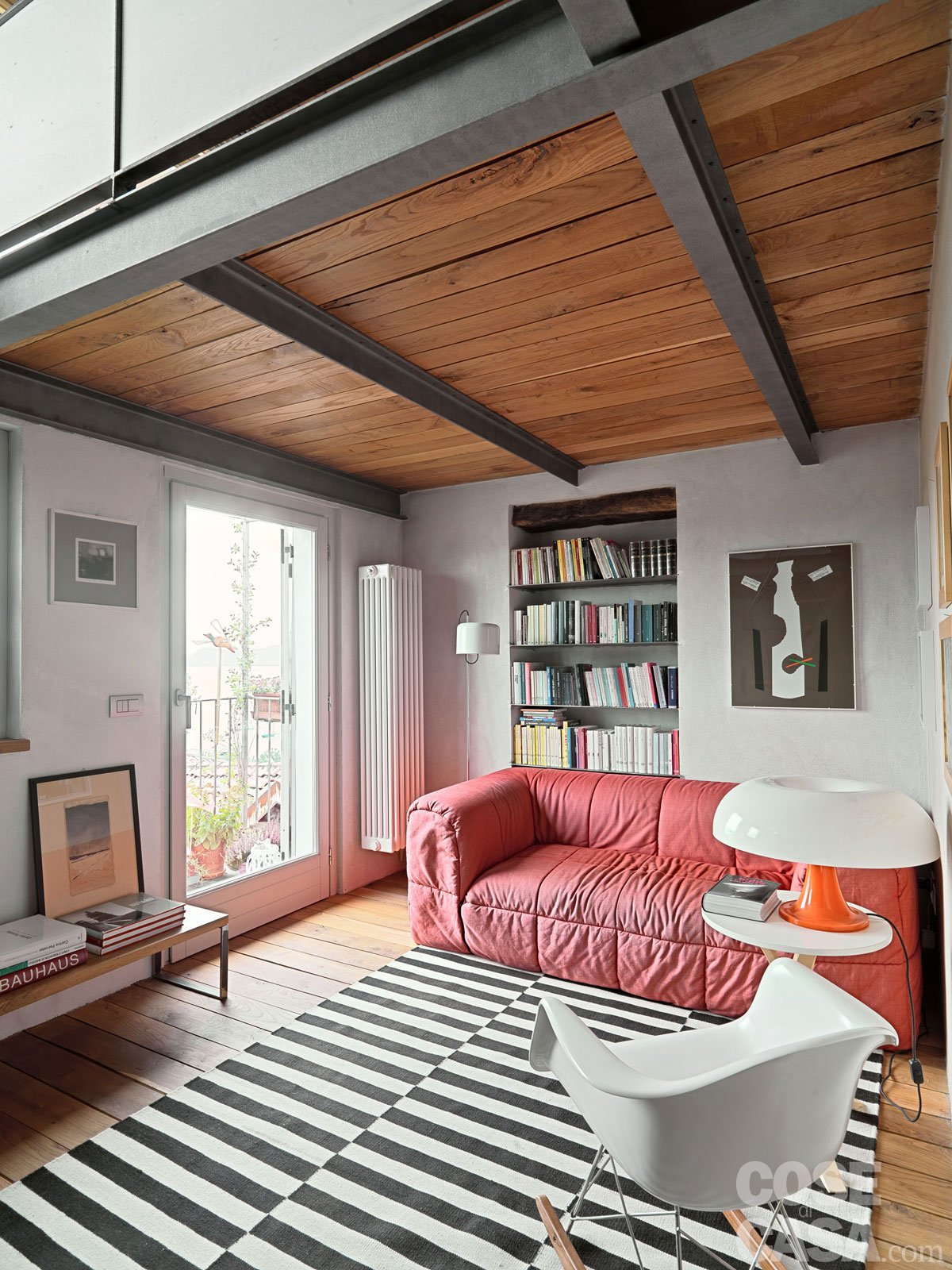 65 mq una casa che si sviluppa in verticale cose di casa for Case classiche arredate