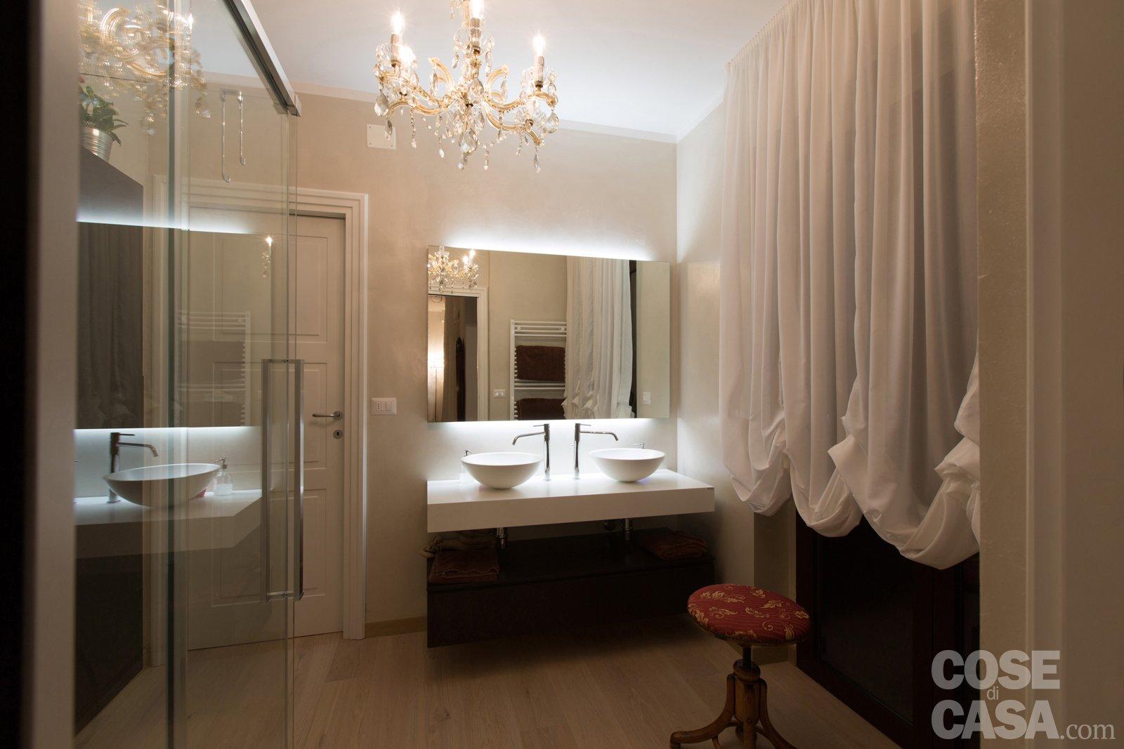 il bagno padronale preceduto da unantibagno attrezzato con armadi su misura le pareti sono rivestite con un materiale ecologico che sostituisce la