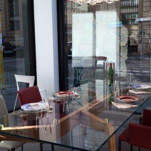 """Tavolo Glide di Riflessi al Riflessi Store di piazza Velasca, angolo Corso di Porta Romana, dove nei giorni del Salone del Mobile si svolge l'evento """"Geometrie di Materia e colore""""."""