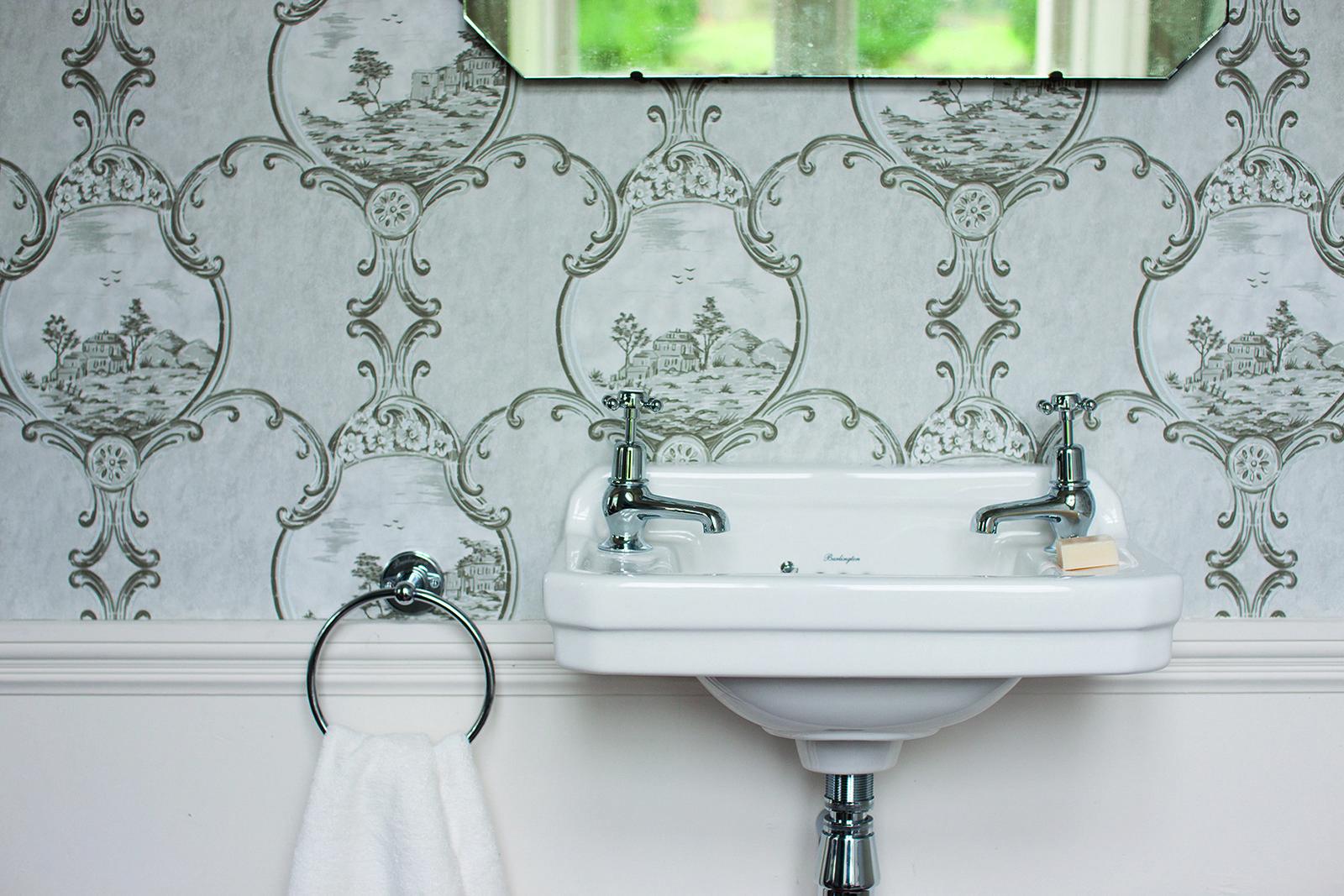 una ristrutturazione loccasione per dare un nuovo look al bagno utilizzando rivestimenti sanitari rubinetteria e arredo bagno di tendenza dal gusto