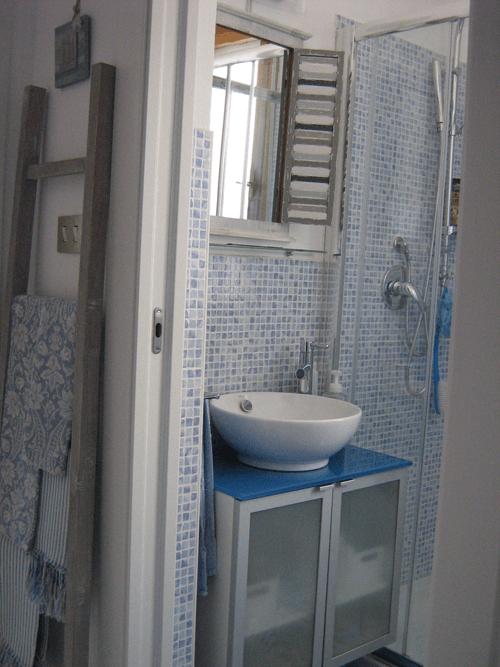 50 mq con due camere idee da copiare per la casa al mare cose di casa - Bagno casa al mare ...