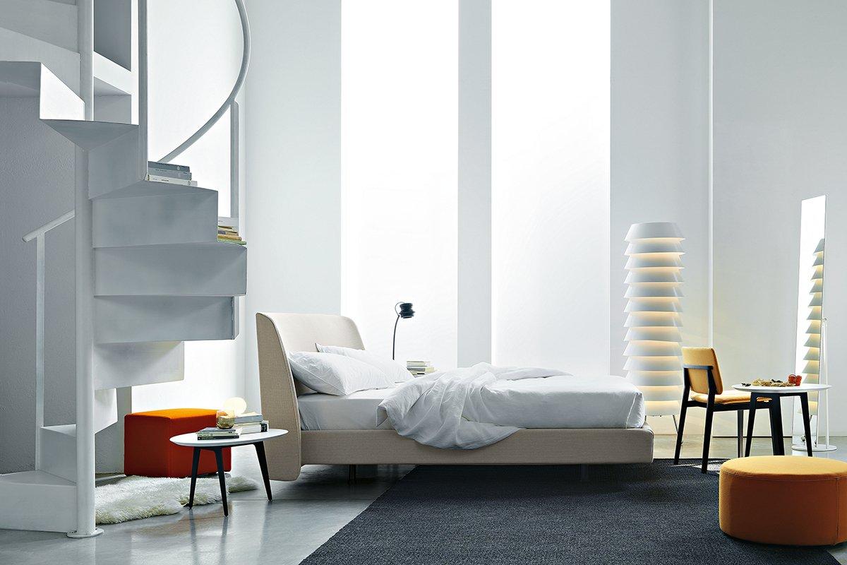 Letti tessili a parete e anche a centro stanza cose di casa for Ad giornale di arredamento