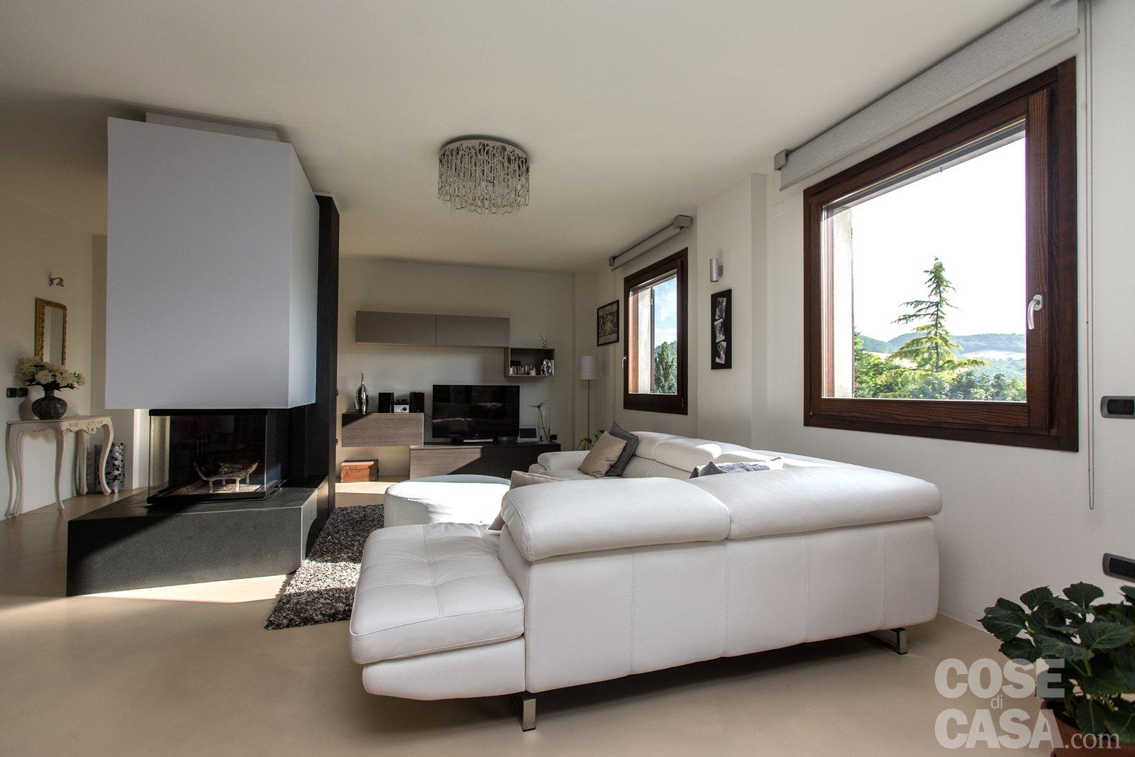 Una casa con zona giorno open space cose di casa for Arredare il soggiorno con camino ad angolo
