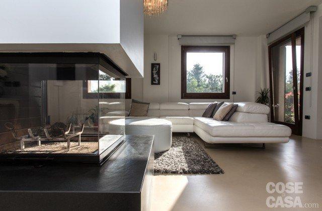 Una casa con zona giorno open space cose di casa for Tv sopra camino