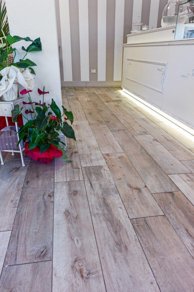 Pavimento effetto legno in promozione le piastrelle in - Piastrelle da incollare su pavimento esistente ...